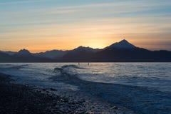 Deux surfers sur la baie Alaska de Kachemak Photographie stock