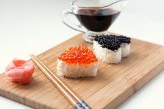 Deux sushi en forme de coeur avec les oeufs de poisson et le beluga saumonés Images libres de droits