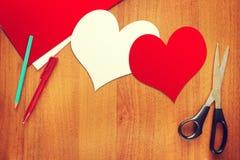Deux symboles de papier de coeurs de l'amour Photographie stock