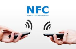 Deux téléphones portables avec la technologie de paiement de NFC. Près du commun de champ Images stock