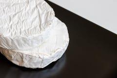 Deux têtes de fromage de camembert ou de brie dans le plat de place noire Vue supérieure Copiez l'espace Photographie stock