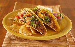 Deux tacos avec le Salsa et la crème aigre Image libre de droits