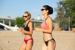 Deux taqueurs femelles assez d'une cinquantaine d'années portant des lunettes de soleil et la formation de maillot de bain à la photos stock