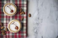 Deux tartes de bakewell de cerise sur un fond de marbre images stock