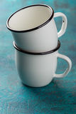 Deux tasses émaux Photos stock