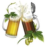 Deux tasses avec de la bière foncée et blonde et des houblon Photo libre de droits