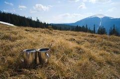 Deux tasses avec de thé les montagnes chaudes dehors Photos stock