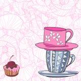 Deux tasses avec des modèles et petit gâteau avec la cerise Images libres de droits