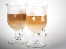 Deux tasses avec des poignées de café de latte images libres de droits