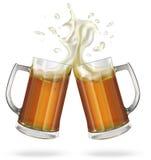 Deux tasses avec la bière anglaise, la lumière ou la bière foncée Tasse avec de la bière Image libre de droits