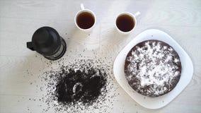 Deux tasses avec le thé, une théière, un tarte et un thé d'inscription banque de vidéos