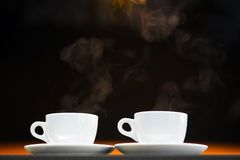 Deux tasses blanches avec les boissons chaudes Photographie stock