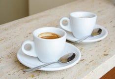 Deux tasses blanches d'expresso Photographie stock libre de droits