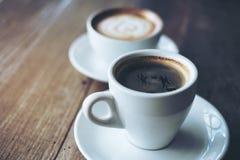 Deux tasses blanches de café chaud de latte Photos libres de droits