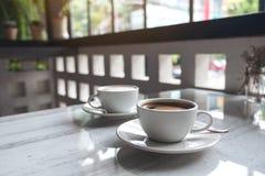 Deux tasses blanches de café chaud sur la table en café Photos libres de droits