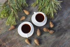 Deux tasses blanches pour le café sur un fond en bois gris de table photographie stock libre de droits