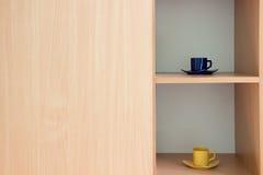 Deux tasses dans le coffret avec du bois léger Photographie stock