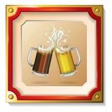 Deux tasses de bière dans le cadre Photo stock