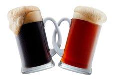 Deux tasses de bière faisant le pain grillé Image libre de droits