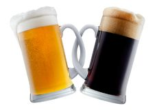 Deux tasses de bière faisant le pain grillé Photos stock