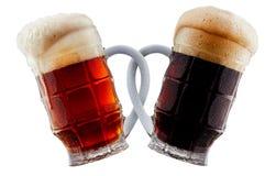 Deux tasses de bière faisant le pain grillé Images stock
