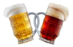 Deux tasses de bière faisant le pain grillé Image stock