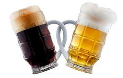 Deux tasses de bière faisant le pain grillé Photos libres de droits
