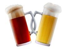 Deux tasses de bière faisant le pain grillé Photo stock