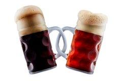 Deux tasses de bière faisant le pain grillé Images libres de droits