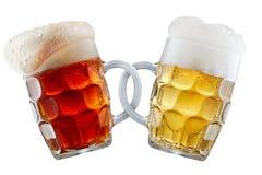 Deux tasses de bière faisant le pain grillé Photographie stock libre de droits