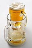 Deux tasses de bière quand la réception est au-dessus de? Image libre de droits