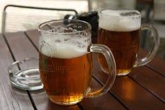 Deux tasses de bière tchèque traditionnelle Pilsner Urquell photo stock