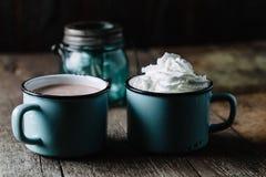 Deux tasses de cacao chaud sur la surface en bois rustique Photo libre de droits