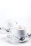 Deux tasses de café avec la crème fouettée très blanche Image stock