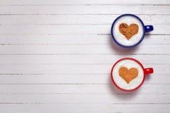 Deux tasses de café avec le symbole de forme de coeur Photographie stock