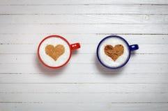 Deux tasses de café avec le symbole de forme de coeur Image stock