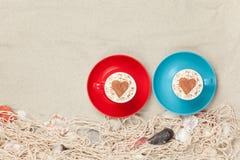 Deux tasses de café avec le symbole de forme de hert Photographie stock libre de droits