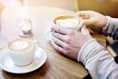 Deux tasses de café dans la table belle de l'homme en café moderne Concept de célébration de valentines de St Date et amour dans  Photographie stock