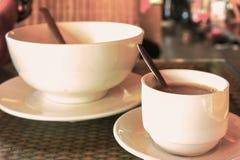 Deux tasses de café dans le temps de petit déjeuner de matin photographie stock