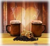 Deux tasses de café, de cannelle et de grains de café chauds Amour Photos libres de droits