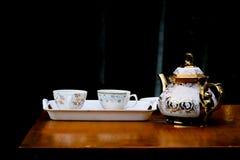 Deux tasses de café en blanc sur le fond de nuit Photographie stock libre de droits