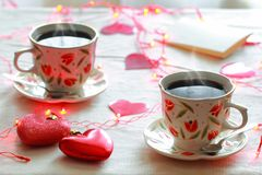 Deux tasses de café et deux coeurs images libres de droits