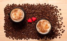 Deux tasses de café et coeurs deux Photographie stock