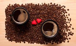 Deux tasses de café et coeurs deux Images libres de droits