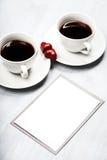 Deux tasses de café et de bonbons en forme de coeur Image stock