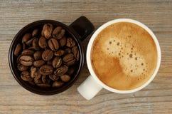 Deux tasses de café et de haricots Photographie stock