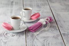 Deux tasses de café et de plan rapproché de macarons Photographie stock libre de droits
