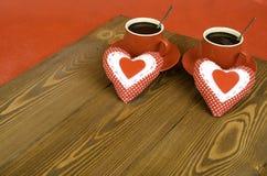 Deux tasses de café et deux coeurs Photos stock
