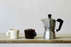 Deux tasses de café et haricots et percolateur Photo stock