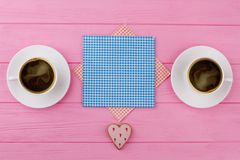 Deux tasses de café noir, fond rose Photo libre de droits